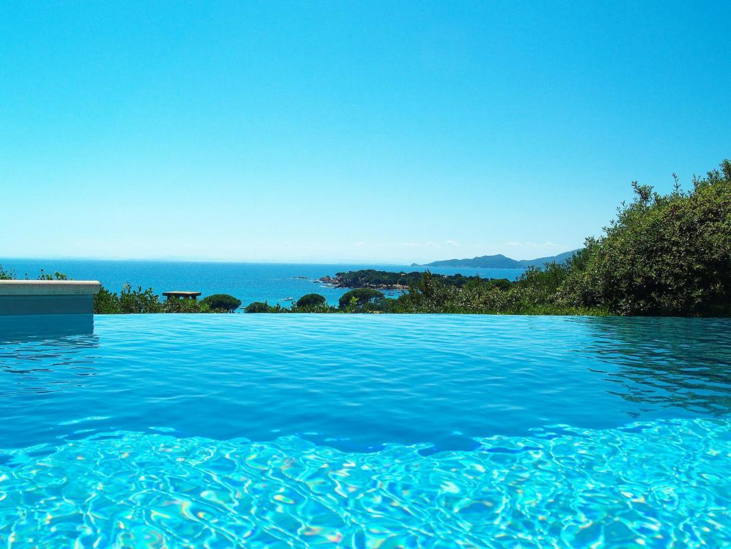 vue mer depuis la piscine à débordement villa palombaggia